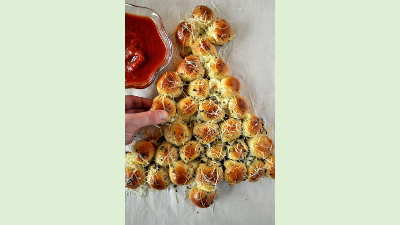 Pull-Apart Cheesy Bread Christmas Tree